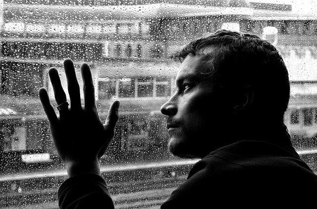 Депрессия у мужчин: симптомы, проявления болезни и ее лечение